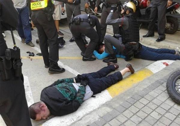 4名中國蒙古男子光天化日行搶曼谷槍舖,卻反遭店家和警察制服。(圖擷自Coconuts Bangkok)