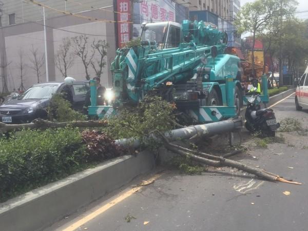 許姓駕駛擔心撞傷其他車輛,決定撞分隔島煞車(記者吳昇儒翻攝)