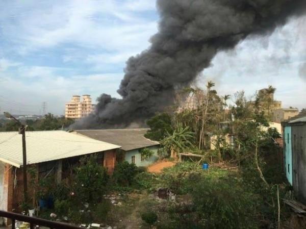 台中龍井一家木器工廠下午發生大火,火勢猛烈濃煙直衝天際。(記者陳建志翻攝)