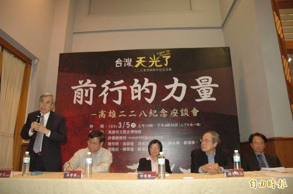 228受害家屬凃世文(左)談他父親遭設計陷害。(記者方志賢攝)