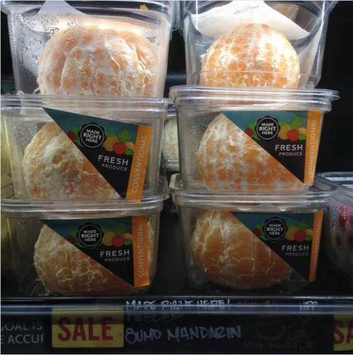 剝皮橘子引發眾怒,廣告創意師戈登在推特直說,「如果大自然已經找到了包裝橘子的方式,我們就不應該在橘子上浪費這麼多塑膠」。(圖取自《都市報》)