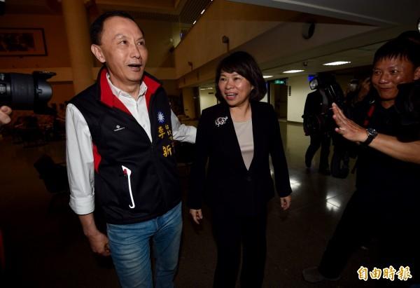 國民黨主席參選人黃敏惠(右)5日出席國民黨慶祝婦女節聯歡活動,另一參選人李新(左)在旁呼籲黃敏惠退選。(記者羅沛德攝)