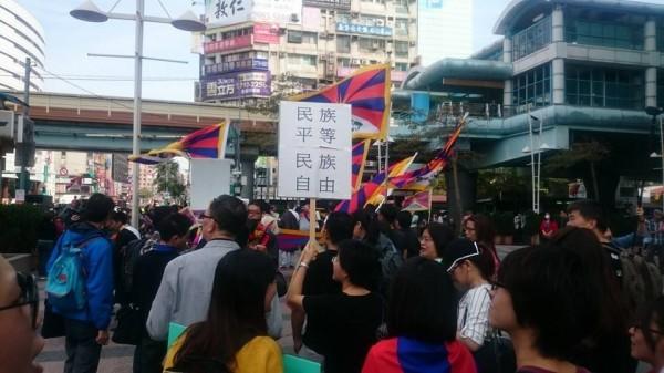 民眾手舉「民族平等、民族自由」牌子。(圖擷自時代力量臉書)