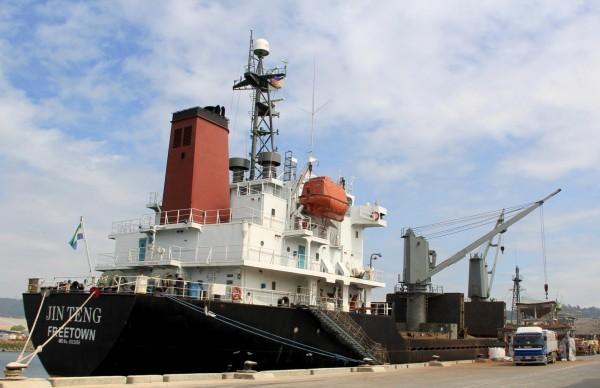 菲律賓官方證實已於蘇比克灣扣押一艘北韓貨輪,並將遣返船上的21名北韓船員。圖為被扣押的北韓貨輪金騰號。(美聯社)