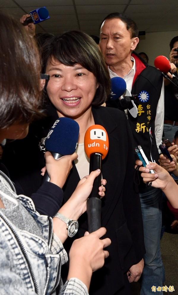國民黨主席參選人黃敏惠(前)5日出席國民黨慶祝婦女節聯歡活動,另一參選人李新(後)在旁呼籲黃敏惠退選。(記者羅沛德攝)