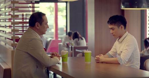 麥當勞最近推出一支主題「接納」的廣告,影片中兒子利用咖啡杯向父親出櫃,而父親大方接納。(圖片擷取自麥當勞臉書)