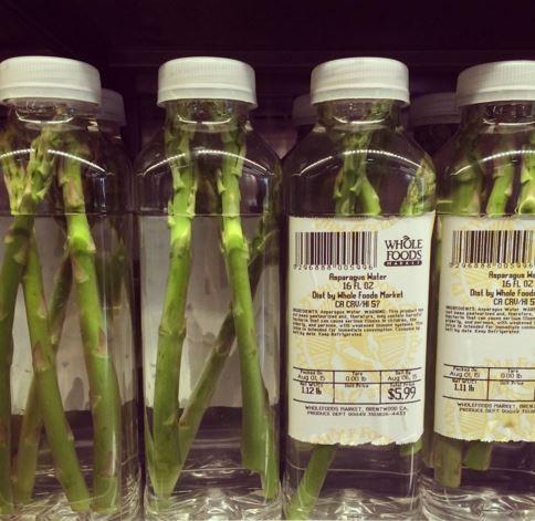 剝皮橘子並不是全食超市第一個引發爭議的產品,去年夏天曾把數根蘆筍裝在水瓶裡出售,要價5.99美元(約194元台幣)。(圖取自《都市報》)