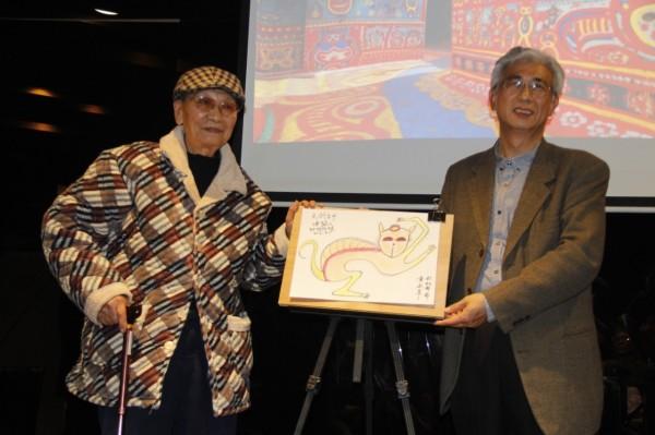 黃永阜(左)闊別66年後再返故鄉香港宣傳台中。(記者張軒哲翻攝)