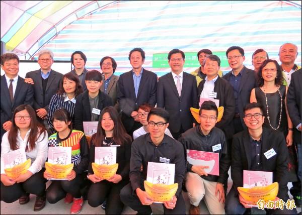 市長林佳龍(第二排右四)頒獎給福德祠競圖入選及前3名者。(記者張菁雅攝)