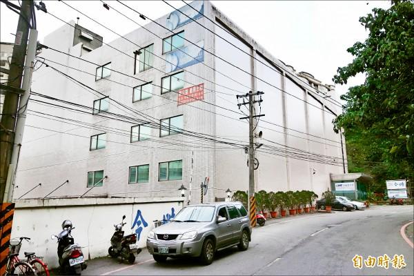 宇權興業股份有限公司原廠辦遭法拍後,在新店區寶興路租下1棟商辦大樓的4樓辦公。(記者姜翔攝)