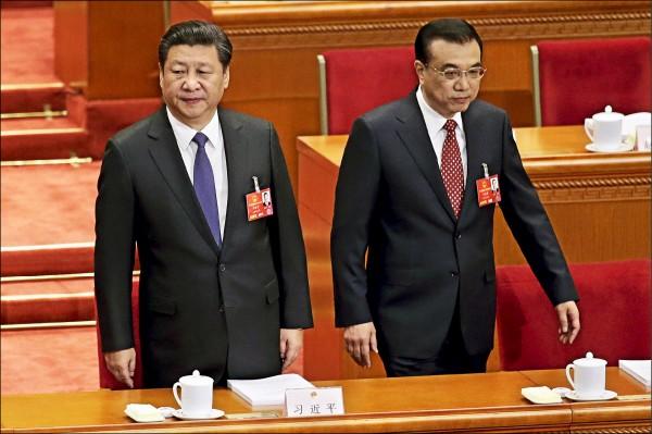 ▲中國國家主席習近平(左)、國務院總理李克強(右)昨天分別再提「九二共識」,習並指出對台方針不因台灣政局變化而改變。圖為兩人出席中國人大會議。(路透)