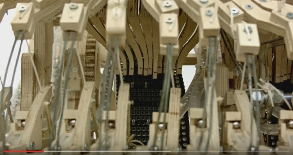 彈珠音樂機內部結構。(取自YouTube)