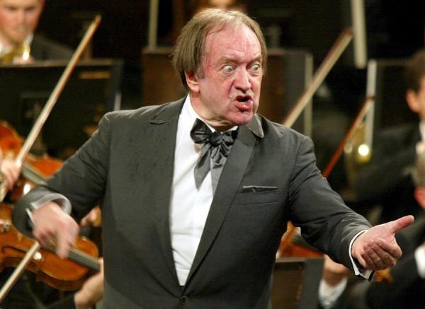 奧地利著名指揮家哈農庫特辭世,享壽86歲。圖為哈農庫特2003年時指揮的模樣。(路透)