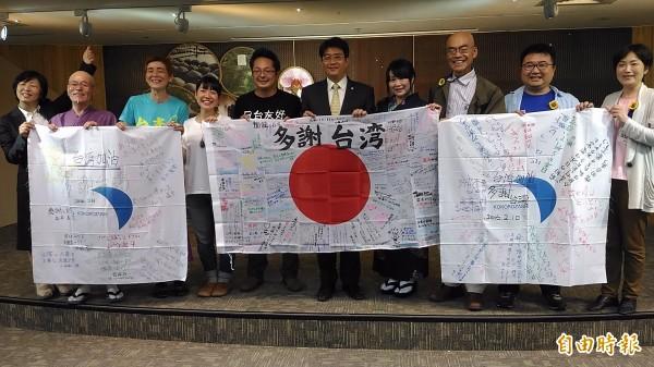 來自宮城、岩手、福島等日本東北災區,捐款助台南市重建,成員還一起喊口號感謝台灣!(記者蔡文居攝)