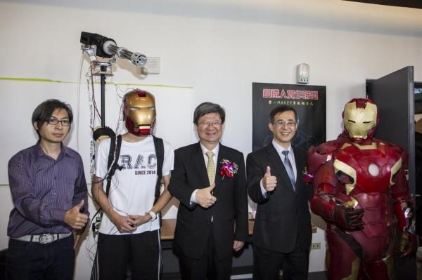 教育部長吳思華(中)、台北科大校長姚立德(右2)訪視北科大校內師生組成的鋼鐵人自造團隊,驚嘆師生的實作力。(北科大提供)
