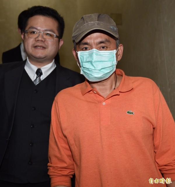 台北地檢署偵辦憲兵非法搜索案,7日傳喚相關人員釐清案情,當事人魏姓民眾(右)訊後由律師陪同離開。(記者簡榮豐攝)