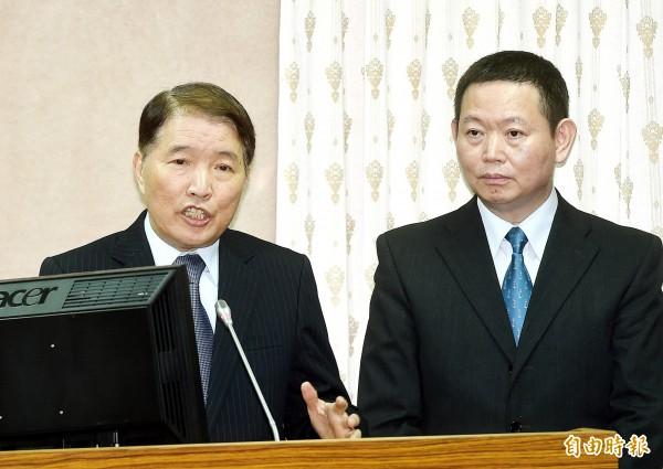 國防部長高廣圻(左)今天下午立法院進行相關報告,被民進黨立委呂孫綾要求道歉,他表示,為此事帶來的紛擾,「我代表國防部道歉」。(記者方賓照攝)