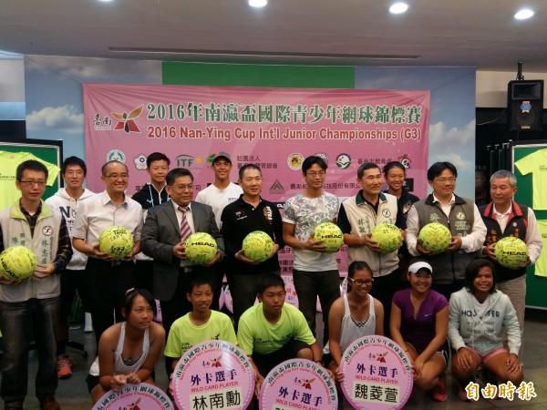 南瀛盃國際青少年網球錦標賽開打,世界網網球好手盧彥勳特地到台南為選手加油打氣。(記者王涵平攝)