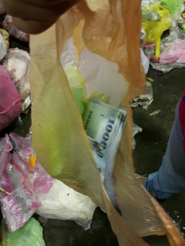 3萬現金放塑膠袋被媽當垃圾,進焚化爐前清潔隊員尋回。(圖由環保局提供)