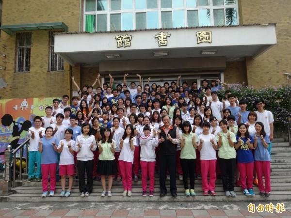 大學繁星放榜,高雄岡山高中計有106人上榜,錄取率67.7%,錄取人數全國第一。(記者蘇福男攝)