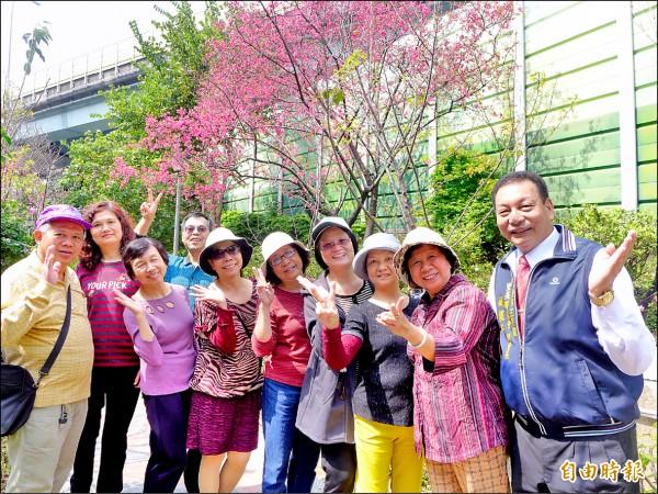 里長姚振芳(右一)和志工合力耕耘12年,成為「維德里步道公園」。(記者李雅雯攝)