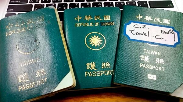 林昶佐表示,將護照上的China摳掉,或將China貼成Taiwan,可避免發生被誤認為中國護照。(取自林昶佐臉書)
