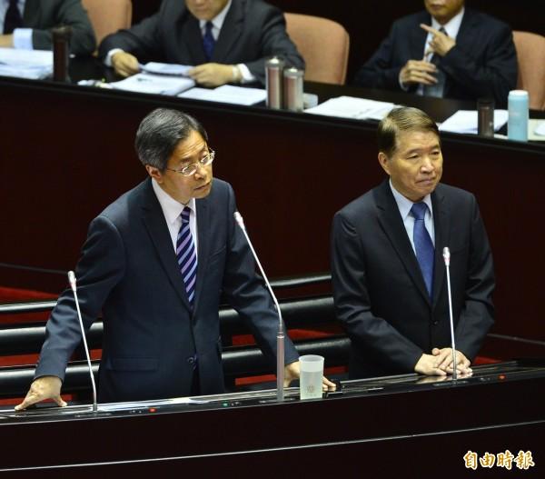 立法院院會,行政院長張善政(左)與國防部長高廣圻(右)接受備詢。(記者王藝菘攝)