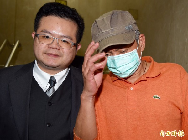 台北地檢署偵辦憲兵非法搜索案,昨傳喚當事人魏姓男子(右),訊後由律師陪同離開。(資料照,記者簡榮豐攝)
