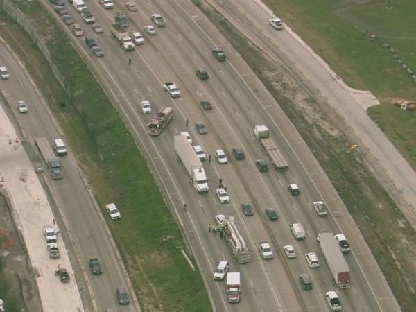 一名肥胖的裸女爬上大貨車車頂大跳艷舞,當局出大批警消處理,此事也讓290高速公路停擺長達2小時。(圖取自《khou》)