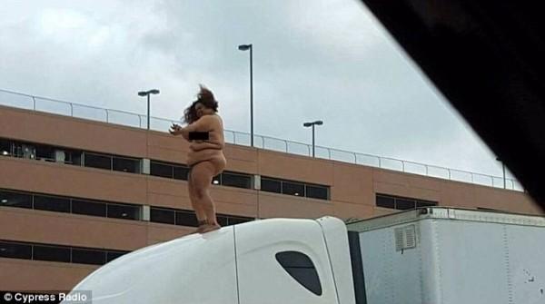 昨天上午9時左右,休士頓境內的290高速公路發生一起車禍涉及三輛車,一名被相信是其中一位車主的25歲女子在車禍後,爬上大貨車的車頂,脫掉全身衣服裸身大跳艷舞。(圖取自《每日郵報》)