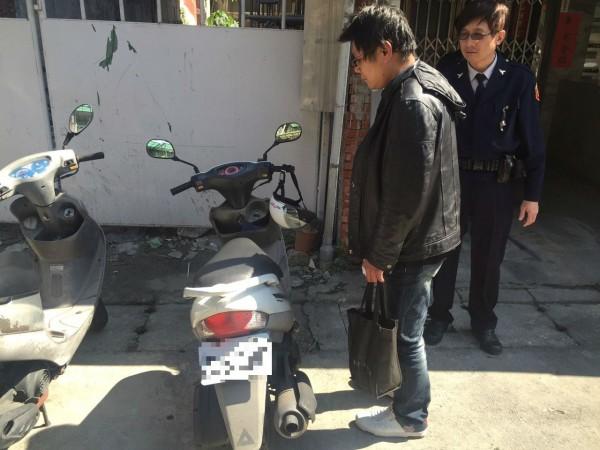 警方發現王嫌騎贓車將他逮捕。(記者王冠仁翻攝)