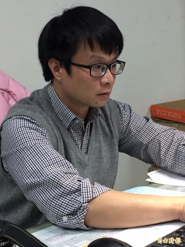 新竹縣新埔警分局偵查佐溫有志的細心,靠著1張被泡過泥漿的手機SIM卡,幫助往生年餘的張姓老翁找到回家的路。(記者黃美珠攝)