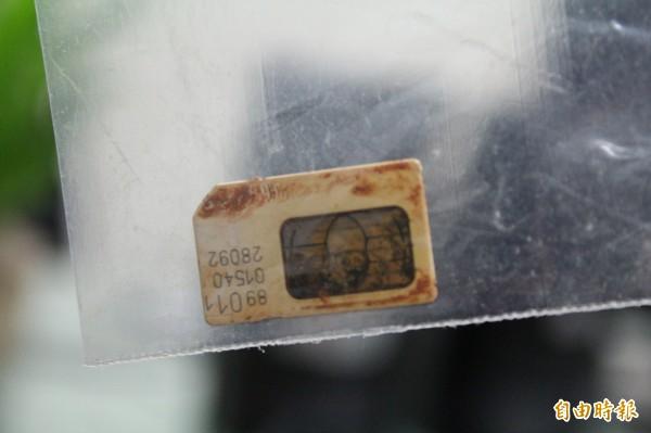 1張隨著皮夾埋泡在泥漿裡的手機SIM卡,因為偵查佐溫有志的細心,讓它幫助已經往生的主人回家。(記者黃美珠攝)