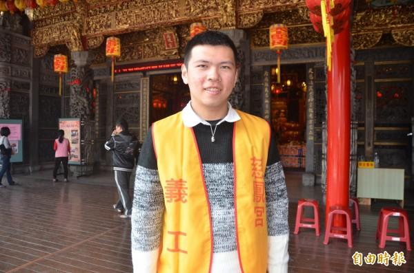 受慈鳳宮輔助媽祖的孩子鄭宇志,現在成了保家衛國的好子弟,假日更擔任志工服務人群。(記者葉永騫攝)
