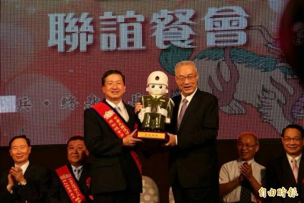 中華民國後備憲兵荷松總會總會長彭瑞德(左)今天傍晚發聲明挺憲兵。(記者黃美珠攝)