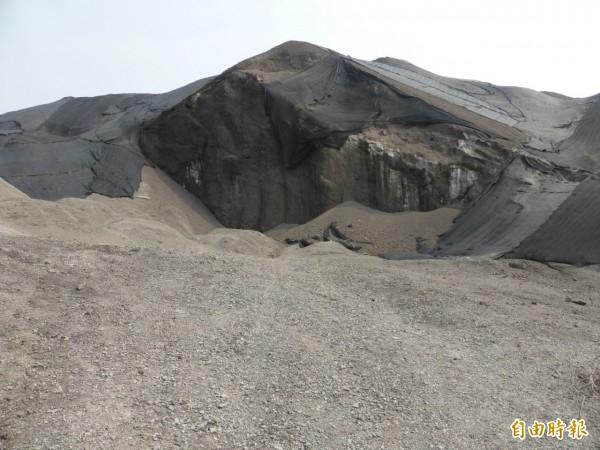 高雄市府估計,中鋼轉爐石(圖)回填約1百萬噸,鄰近農地定檢土壤及地下水都符合管制標準。(記者黃旭磊攝)