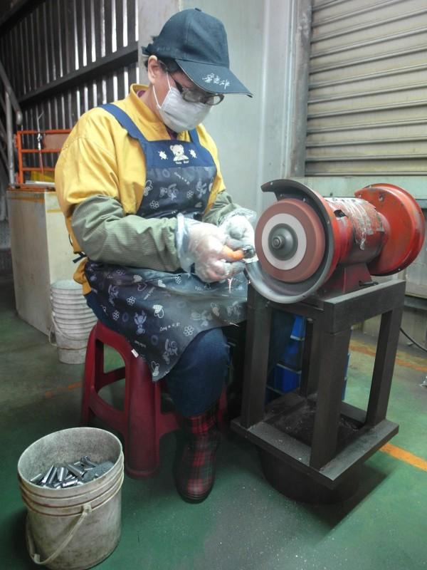 身障的林姓婦人工作態度認真,現成為器材公司員工。(北港就業服務站提供)