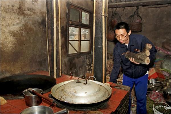 新竹市立成德高中學生葉兆益家境清寒,住在公墓附近,每天上下學都要經過墓地,回家還要幫忙撿柴火給阿嬤燒飯。(校方提供)