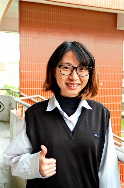 員林高中王郁淇以五十七級分錄取台大外文系,覺得像作夢。(記者顏宏駿攝)
