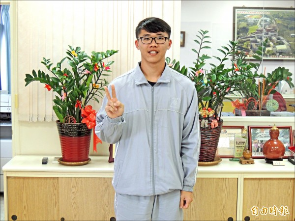 卓蘭實驗中學高三學生詹俊宥,以四十八級分,繁星錄取台大森林系。(記者蔡政珉攝)