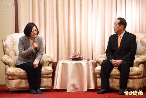民進黨總統當選人蔡英文(左)上午拜會親民黨主席宋楚瑜(右),當面請益國政。(記者羅沛德攝)