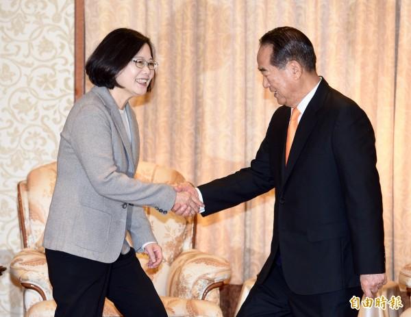 民進黨總統當選人蔡英文(左)今上午拜會親民黨主席宋楚瑜(右),當面請益國政。(記者羅沛德攝)