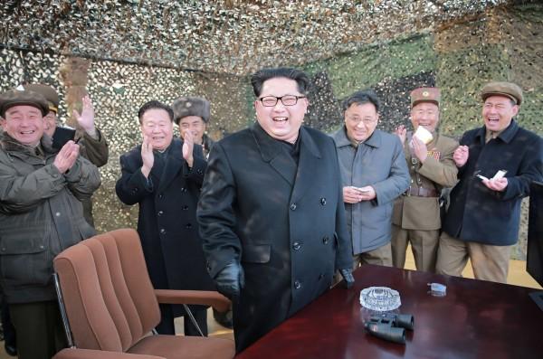 北韓最高領導人金正恩聲稱,北韓已成功將核子彈頭小型化,可裝載在彈道導彈上。(資料照,法新社)