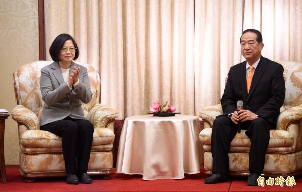 民進黨總統當選人蔡英文(左)9日上午拜會親民黨主席宋楚瑜(右),當面請益國政。(記者羅沛德攝)