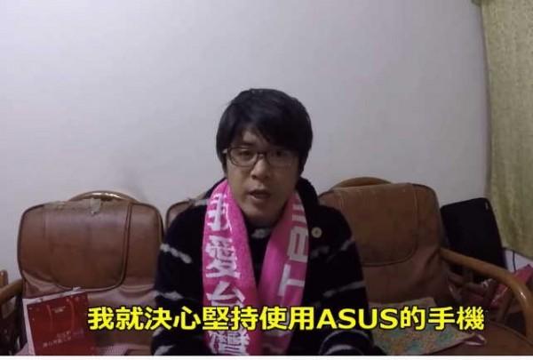 一位日本大叔說自己只用ASUS的手機,原因是311大地震發生後,有ASUS的員工在電路板上寫下「God Bless Japan」,讓他相當感動。(圖擷自色色的日本人的歐吉桑臉書)