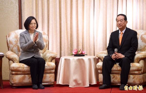 準總統蔡英文於今天上午拜會親民黨主席宋楚瑜,兩人會面地點選在台北長榮桂冠酒店。(記者羅沛德攝)