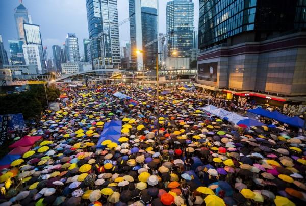 香港2014年因爭取真普選,發生佔中運動,其中有3名男子23歲的張智邦、24歲的戴志誠及石家輝利用鐵欄及磚塊闖入香港立法會被補,今天高等法院確定判處3人入獄3個半月。(歐新社,資料照)