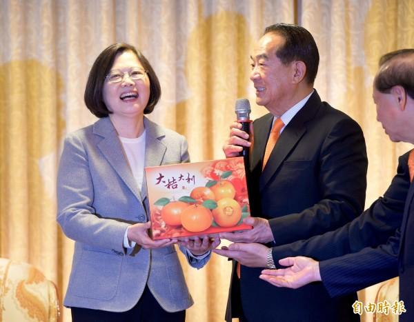 民進黨總統當選人蔡英文(左)9日上午拜會親民黨主席宋楚瑜(右),當面請益國政。會後宋楚瑜贈蔡英文象徵親民黨橘色的橘子禮盒。(記者羅沛德攝)