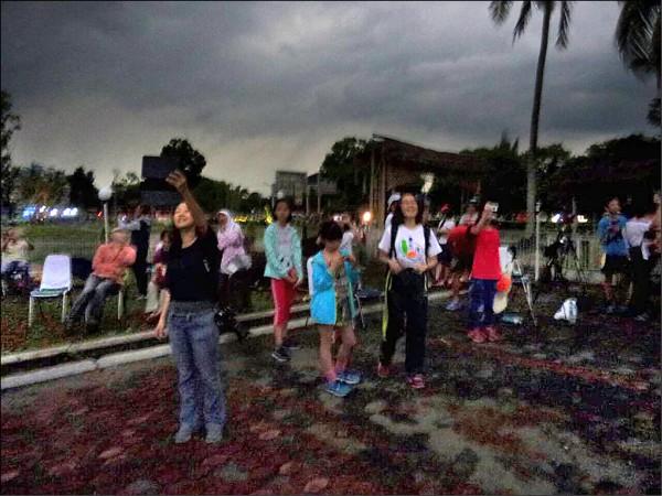 嘉義市天文協會從印尼雅加達傳回來當地觀測日全食的現場,在日全食發生時整個變暗的景象。(圖:黃傅俊提供)