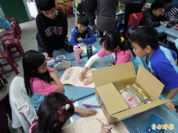 北市推節能減碳週,有小朋友發揮想像力,認為可用回收寶特瓶來製作書包。(記者梁珮綺攝)